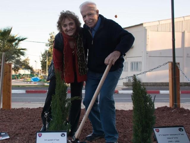 """בנו של תא""""ל דוד לסקוב, מפקד ההנדסה לשעבר, ראובן לסקוב ואשתו שותלים עץ לזכר אביו של ראובן."""