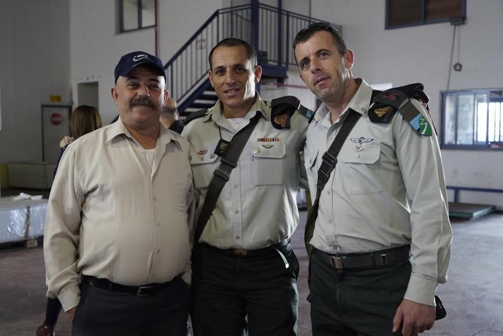 """בתמונה,מימין: סגן מפקד החטיבה כמיל טאפש, קצין ההגמ""""ר של החטיבה אמיל מולא ואביו של אמיל."""