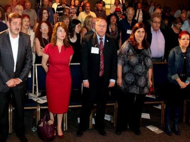 """השגרירה הרומנית, פסטרנק והקהל עומדים לשירת """"התקווה"""" בסוף האירוע."""