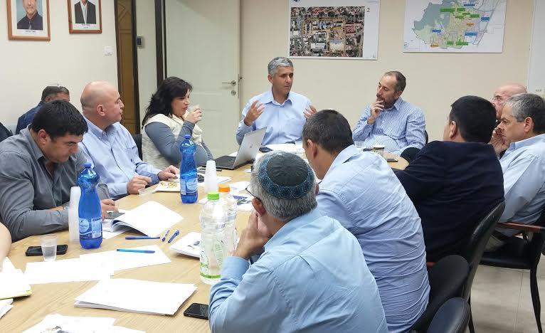 בתמונה: דיון של ראשי הרשויות בועדת איכות סביבה של אשכול גליל מזרחי.