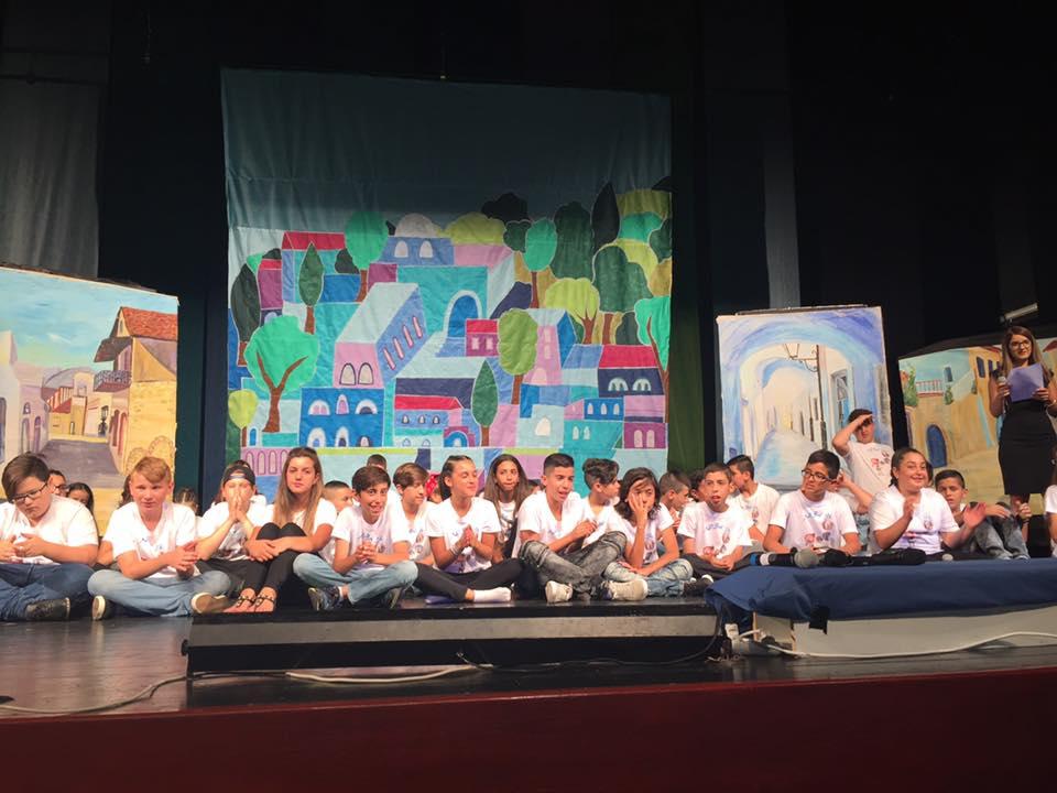 בתמונה: תלמידי בית ספר אגמים בצפת במופע סיום.