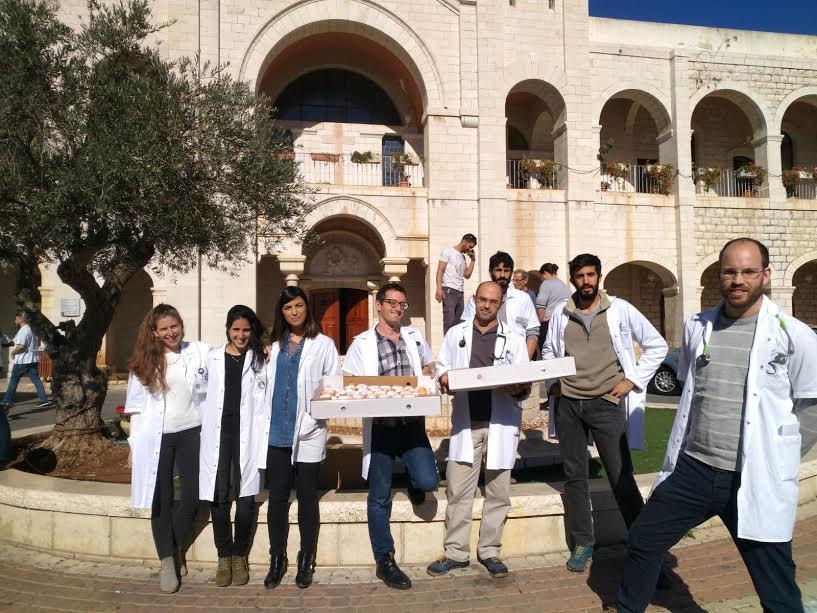 טרום חנוכה: הסטודנטים של הפקולטה לרפואה של בר אילן חילקו סופגניות וסביבונים בבתי החולים בגליל