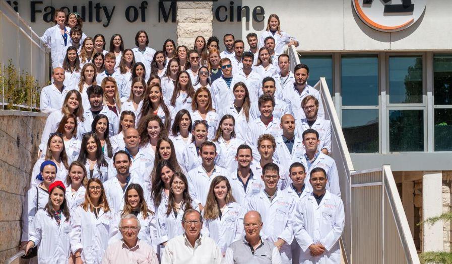 """בפעם השישית: טקס """"חלוק לבן"""" נערך בפקולטה לרפואה בצפת בהשתתפות 75 סטודנטים"""