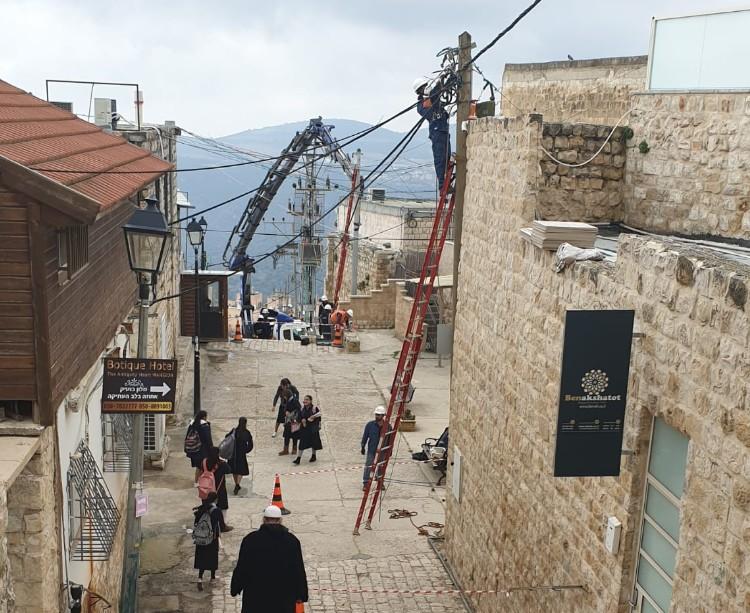 חברת החשמל מפעילה אמצעים מיוחדים בטיפול נזקי הסערה בעיר העתיקה בצפת