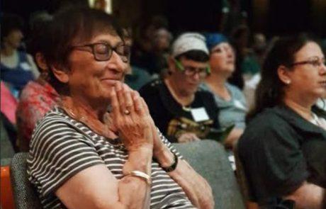 מעריצה צמודה: אמו של דר' איל גולדברגר מהוספיס גליל עליון משתתפת קבועה בהרצאות בנה