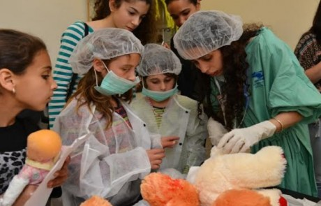 דוקטור הדובי חולה: מאות ילדים השתתפו בבית חולים לדובים בפקולטה לרפואה בצפת
