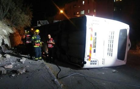 שוב נס בצפת: דקותיים לאחר שהוריד כ-40 נוסעים התהפך האוטובוס – 3 פצועים קל