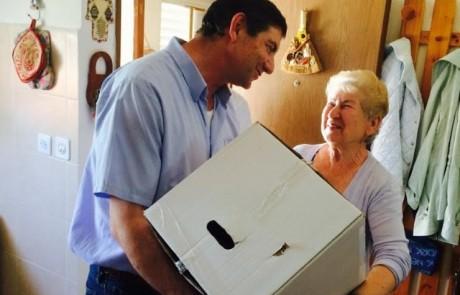 """יו""""ר עמידר ביקר בצפת וחילק חבילות מזון לנזקקים: """"אסור שאף אחד יישאר בלי אפשרות לחגוג את החג"""""""