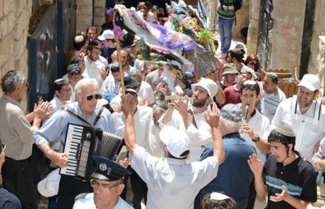 בדרך למירון: תהלוכת ספר התורה מבית עבו בעיר העתיקה בצפת למירון בפעם ה-184