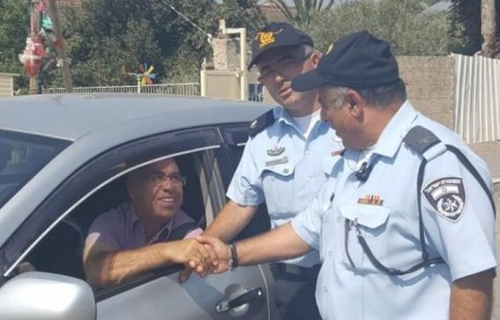 לא לאלימות: השוטרים בטובא חילקו לתושבים שוקולדים ומחזיקי מפתחות