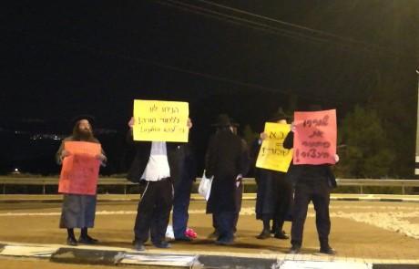"""עצורים בהפגנות חרדים נגד מעצר עריק וגיוס לצה""""ל – קומץ מפגינים בכניסה הראשית לצפת"""