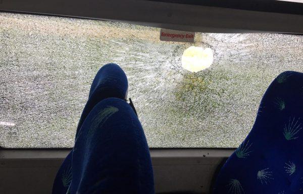 בכביש 6 הושלכו אבנים על אוטובוס קו 981 מצפת לבני ברק – אין פצועים, נזק לשמשות