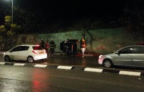 פצוע קל בהתהפכות רכב בצפת