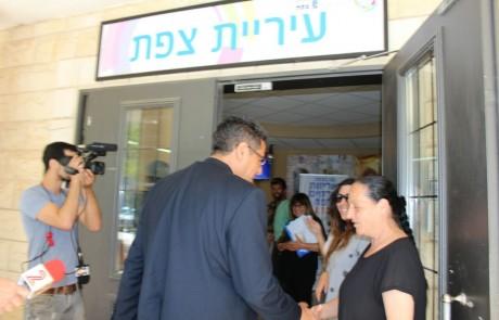 לאחר שלושה חודשים: ראש עיריית צפת אילן שוחט שב לעירייה