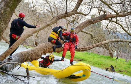 שלא נזדקק: המשטרה ויחידת חילוץ גולן תרגלו חילוץ מטיילים במימיו הקפואים של נהר הירדן