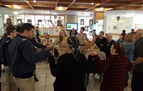 כנפיים לקהילה: יום התנדבות ל – 150 שוחרי חיל האוויר משלוחות הצפון