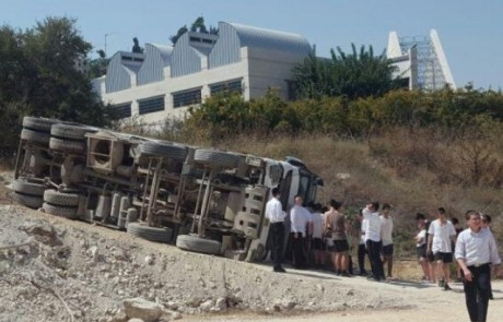בין הזמנים והניסים: משאית התהפכה סמוך לישיבה בצפת – הנהג נפצע קל