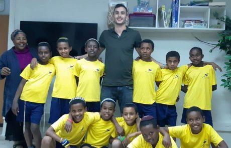 הכדורסלן אלון לוין גייס כספים לרכישת ציוד ספורט לילדי מרכז הקליטה בצפת
