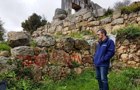 כתובות גרפיטי רוססו על קירות בית כנסת העתיק במירון