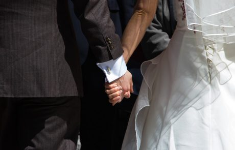 נקמה בחתונה: האורחים נקמו בהורי הבעל ושלשלו עשרות מעטפות ריקות לכספת