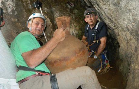 מרצה מהמכללה האקדמית בצפת סייע לחלץ כלי חרס בני יותר מ- 2000 ממערה בגבול לבנון