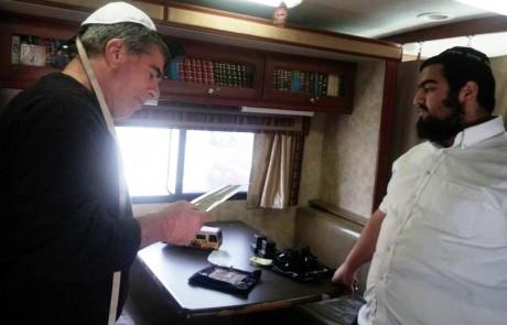 """תיק החקירה נסגר – האמונה חזרה: גבי אשכנזי הניח תפילין בטנק חב""""ד בראש פינה"""