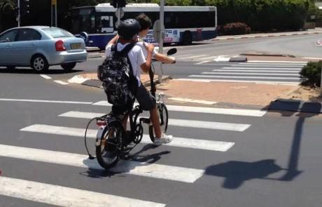 בניגוד לחוק בגליל העליון: מעל 70% רוכבים באופניים חשמליים ללא קסדה
