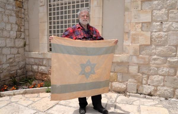 יום ירושלים: תושב עמוקה הפקיד בספריית המכללה האקדמית בצפת דגל היסטורי שהונף בשחרור העיר העתיקה במלחמת ששת הימים