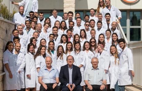"""בפקולטה לרפואה ציינו תלמידי המחזור החמישי בטקס """"חלוק לבן"""" את המעבר מהעיוני למעשי"""