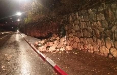 הסערה בעיצומה: חומה קרסה בצפת – חברת החשמל נערכה עם גנרטורים  – שלג באתר החרמון